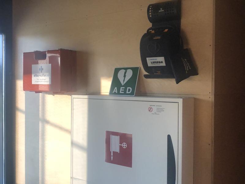 Nieuwe EHBO kist naast de AED